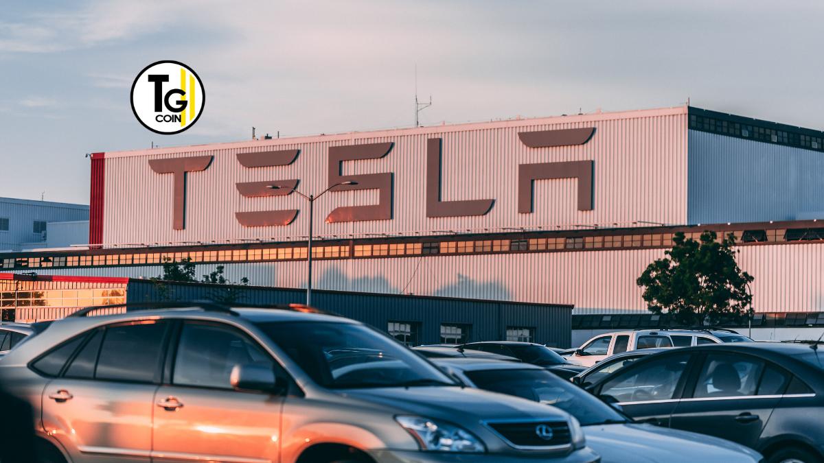 Tesla è un'azienda statunitense specializzata nella produzione di auto elettriche, pannelli fotovoltaici e sistemi di stoccaggio energetico.